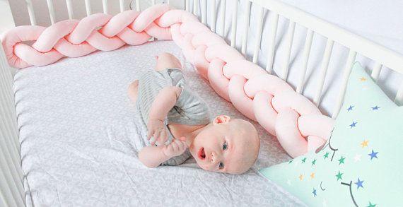 Krijg een kwaliteitsproduct, een mooi gevormde en zeer zachte, mooi gevlochten wieg bumper die is gemaakt van premium 100% hypoallergene materialen. De wieg bumper beschermt je babys handen en voeten van vast komen te zitten tussen voederbak spindels evenals het hoofd en het lichaam van de baby beschermt tegen raken en blauwe plekken tegen de muren van de wieg. De bumper kan voor luchtstroom en met 10 kleuren uit te kiezen, het volume de inrichting van uw kinderkamer!  *** GROOTTE *** De…