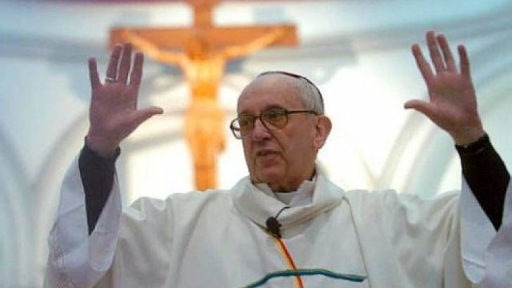 """Vaticanul a publicat un videoclip al papei cu mesajul uniei religii unite 'NEW AGE RELIGION"""" . Există o înșelăciune mare ce vine pe pământ sub forma unei iubiri false, lumina si unitate. Un om care e pe cale să dezvăluie multe """"secrete vechi"""" ale Bisericii Catolice este Papa Francisc. Unele credințe care sunt promovate de…"""