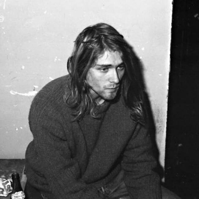 I cannot take my eyes off of this beautiful photograph! How on earth he could be so beautiful? Totally mesmerized... ❤ Kurt Cobain, 1989