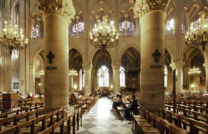La cathédrale Notre-Dame de Paris, chef d'œuvre de l'architecture gothique, est le monument le plus visité de France. Située dans le centre historique de Paris, à l'extrémité de l'île de la Cité, sa construction débute au Moyen Âge. Les travaux ont commencé aux XIIIe et se sont terminés au XVe siècle. Très endommagée pendant la Révolution française, la cathédrale a fait l'objet d'une restauration au XIXe siècle dirigée par l'architecte Viollet-le-Duc. Les nombreux visiteurs admirent les…