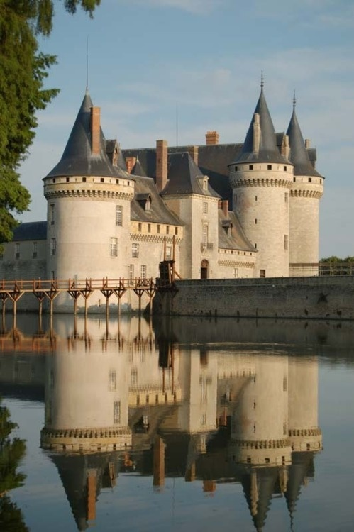 French Chateau to visit near the water mill Sully-sur-Loire-image via Trek Earth