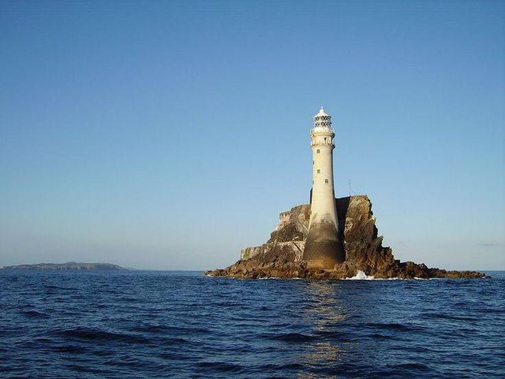 Fastnet Rock Een klein eilandje bij de zuidelijkste punt van Ierland. Het wordt wel 'Ireland's Teardrop' genoemd omdat dit het laatste stukje Ierland was dat emigranten die naar de Verenigde Staten vertrokken zagen.