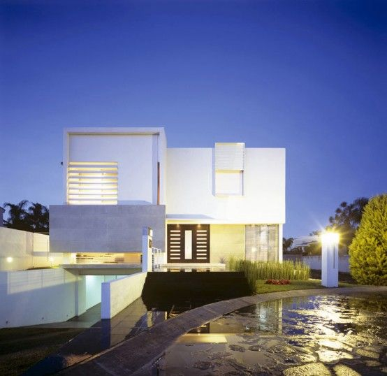 House with Two Courtyards and Modern Interior | DigsDigs