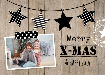 Trendy kerstkaart met eigen foto, vlaggenlijn van sterren en houtprint achtergrond.  Design: Patricia van Hulsentop  Te vinden op: www.kaartje2go.nl
