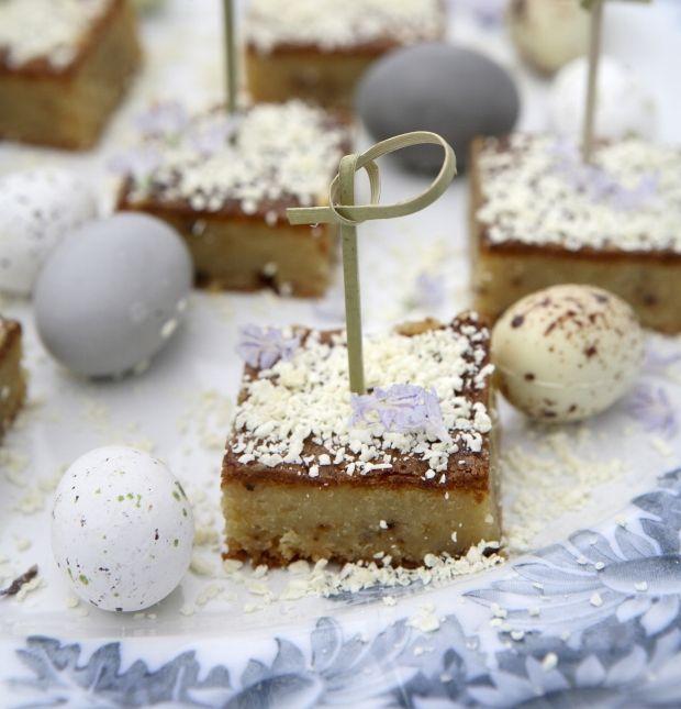 Uanset om du skal holde påskefrokost eller forårsfest, er det rart med lidt fornyelse på bordet. Her får du en let påskekage med sød hvid chokolade og lakrids.
