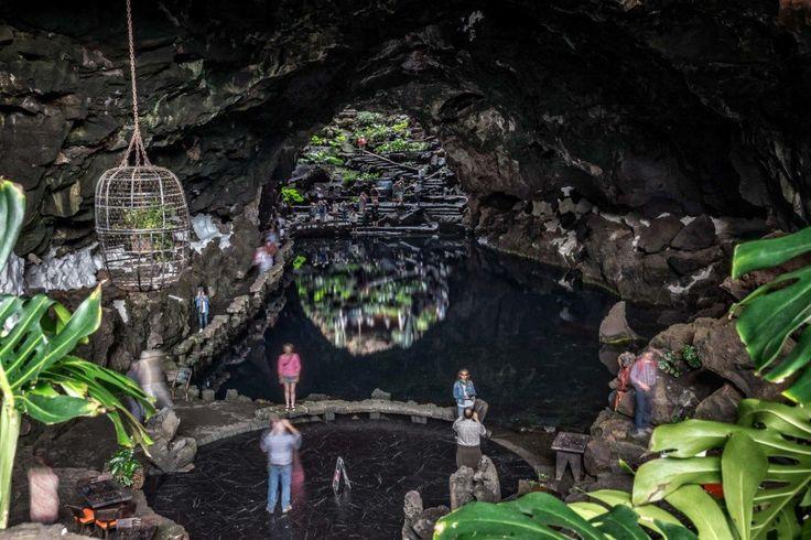 Das Wasserbecken mit den Krebsen in den Jameos del Agua