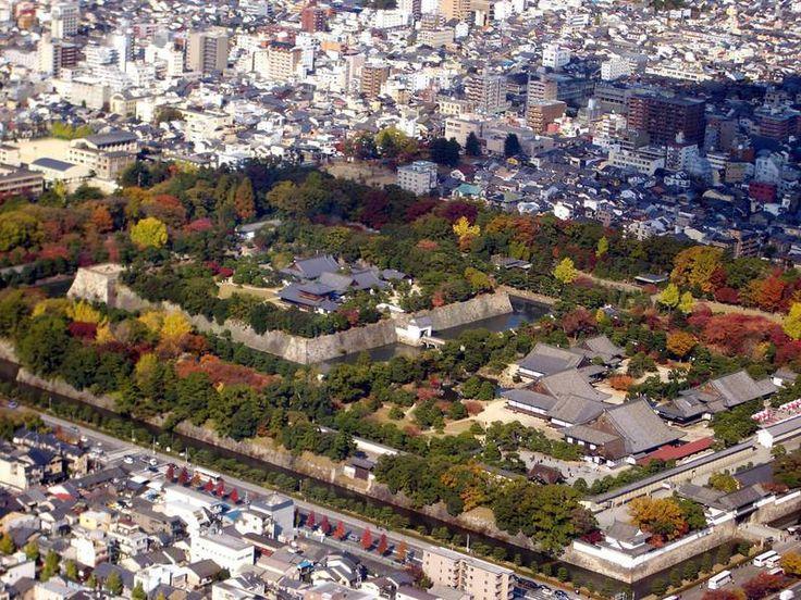 Um dos melhores exemplos remanescentes de um castelo feudal, o Castelo de Nijo, localizado em Kyoto, a cerca de 4 km da estação de trem, não só é uma propriedade do Japão, mas uma propriedade comum compartilhada por todo o mundo. Em outras palavras, trata-se de um Patrimônio Mundial tombado pela UNESCO. Durante muitos anos foi usado como Palácio Imperial, mas nos dias atuais, tornou-se aberto ao público para visitação.