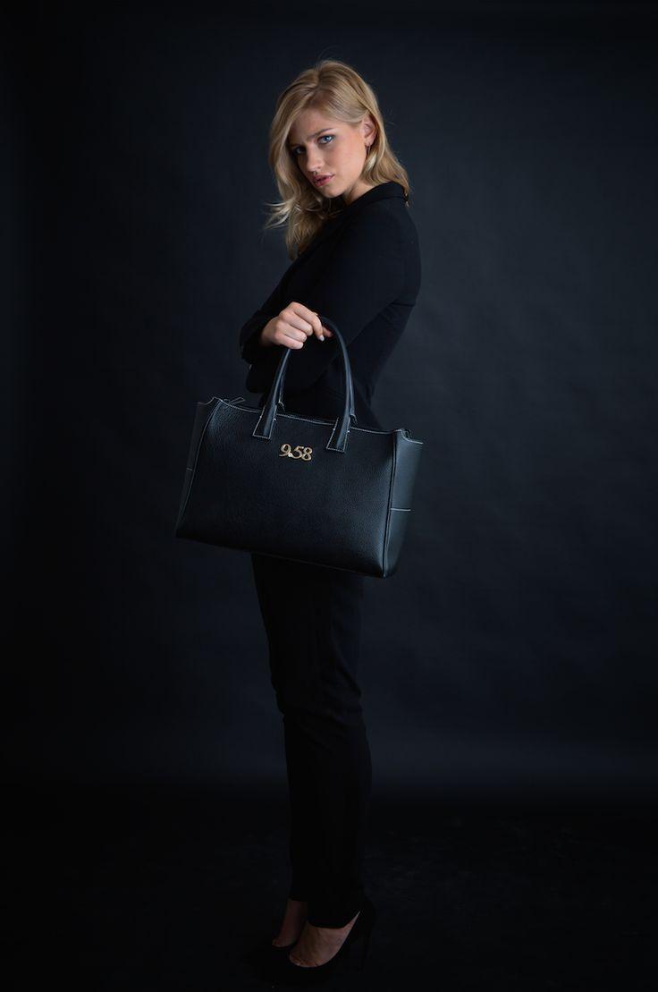 Rendez-vous professionnel, entretien, dîner important… C'est le moment de soigner votre style ! Pour un véritable look de femme d'affaires, misez sur un petit tailleur ceintré avec pantalon noir. Atout majeur de votre tenue, le sac 9secondes58 fera toute la différence.  Voir le sac à main : www.9secondes58.com/fr/23-sac-a-main