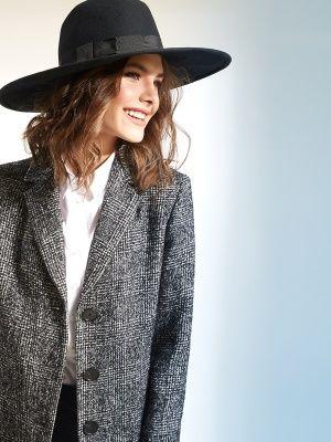Трендовое пальто-пиджак прямого силуэта, выполненное из черно-белой клетки букле. Модель имеет втачной рукав, английский воротник и застежку на пуговицы. Прекрасная модель для женщин, желающих всегда оставаться на пике тенденций., арт. 1017230p00098, состав: Основная ткань: шерсть 75 %, акрил 20 %, нейлон 5 %; Подкладка: полиэстер 55 %, вискоза 45 %;