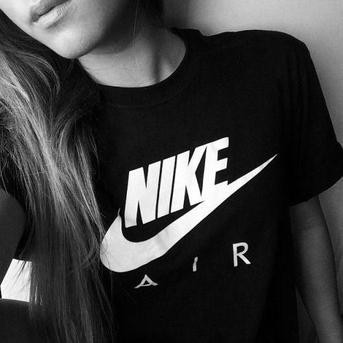 Este es un negro Nike camiseta. Es perfecto para ser llevado a la escuela. Sería ir con jeans o pantalones cortos.