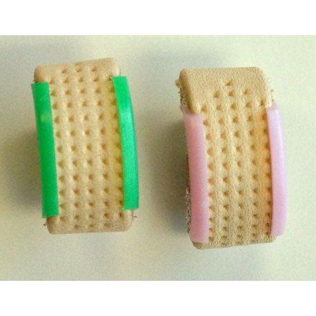 Paquete contiene dos cuero y dedales de plástico.  Este dedal Clover de anillo de cuero (指ぬき) es útil para coser a mano que consiste en agujas más cortas. Mientras que la aguja se lleva a cabo por el dedo índice y el pulgar, el dedal de descanso entre los nudillos de su dedo medio ayuda a empujar la aguja a través de la tela. Lo uso con una aguja de coser normal para coser el enlace mis tejidos!  Dedal de demostración en las dos últimas fotos es metálico y está disponible aquí: https:/&#...