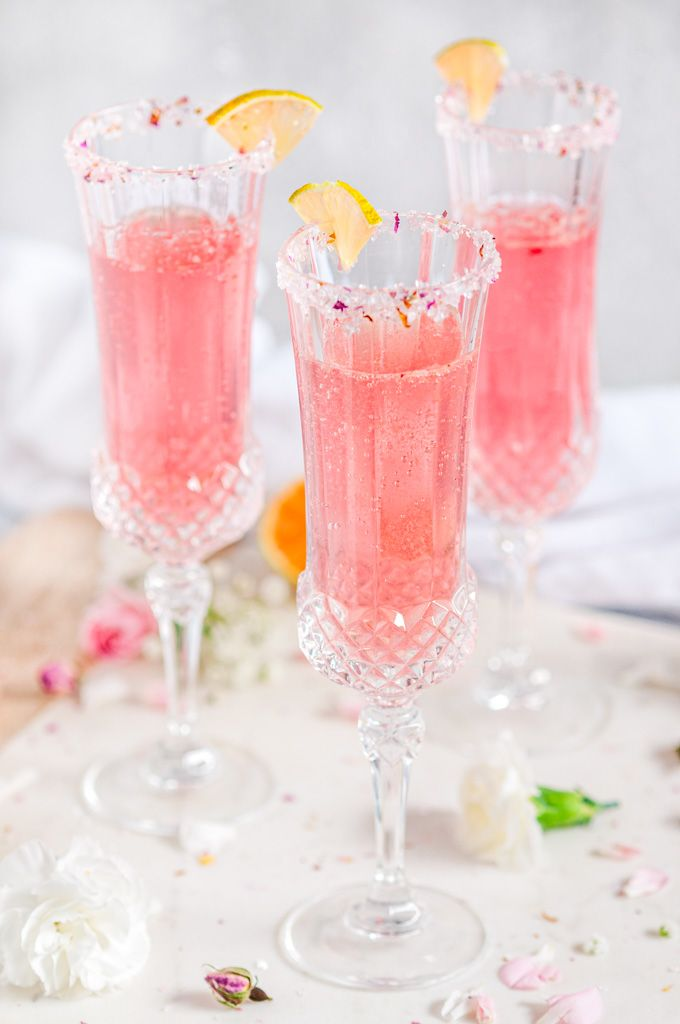 Sparkling Raspberry Rose Spritzer - Enjoy cocktail hour sipping some pink bubbly with a hint of raspberry and floral flavor. Perfect for Valentine's Day! Vodka Cocktails, Summer Cocktails, Bachelorette Party Cupcakes, Spritzer Drink, Rose Drink, Rose Cocktail, Pink Bubbles, Pink Drinks, Pink Sugar