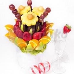 Ovocný sen je velká ovocná kytice vytvořená z nejrůznějších druhů ovoce jako ananas, jahody, pomeranč, hroznové víno a zelená jablka, některá zdobená v lahodnou čokoládou. Tato chutná ozdoba se skvěle hodí na události jako večírek, firemní akce, svatba, narozeniny či jakoukoli jinou příležitost. Objednejte si lahodnou květinu online s donáškou zdarma!