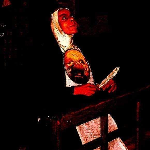 La pintora mexicana Rosa Elías, la gata roja. Para proyecto Retrato de un Sueño. Personifica a Sor Juana Inés de la Cruz. Fotografía en el Museo Anahuacalli en la CDMX.