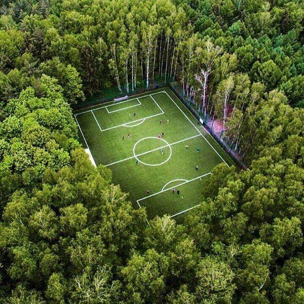 Nowoczesne boisko piłkarskie wśród gęsto zalesionego lasu • Takie cuda tylko w Rosji, czyli niesamowite boisko piłkarskie • Zobacz >> #football #soccer #sports #pilkanozna #futbol
