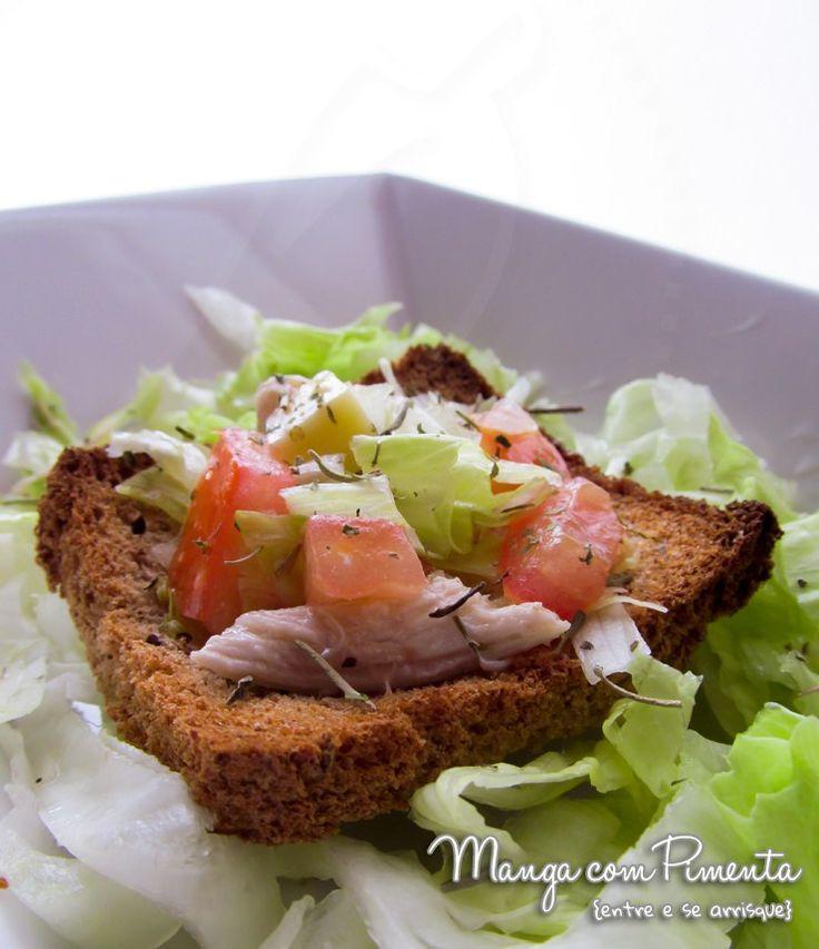 Cestinhas de Pães com Salada, perfeito para petiscos antes do almoço do dia das Mães. Para ver a receita, clique na imagem para ir ao Manga com Pimenta.