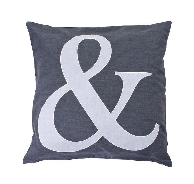 Sierkussen &-teken 101: verkrijgbaar in antraciet en grijs. Combineer ze met andere sierkussen van 101 en creëer een échte relaxplek #101woonideeen #leenbakker