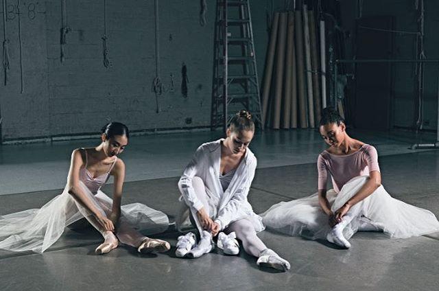 Bagaimanakah jadinya jika sneakers dapat menggantikan kenyamanan sepatu pointy para balerina? Seakan mengubah mindset perempuan akan sepatu balet yang anggun kini Puma meluncurkan versi lebih sporty dalam koleksi spring/summer 2017. Bernama Swan Pack perilisan sepatu balet ini merupakan salah satu wujud dari kerja sama antara Puma dengan New York City Ballet yang telah berlangsung sejak bulan Juni 2016 lalu. Baca berita selengkapnya di www.elle.co.id #ELLEUpdates (Fashion Assistant…