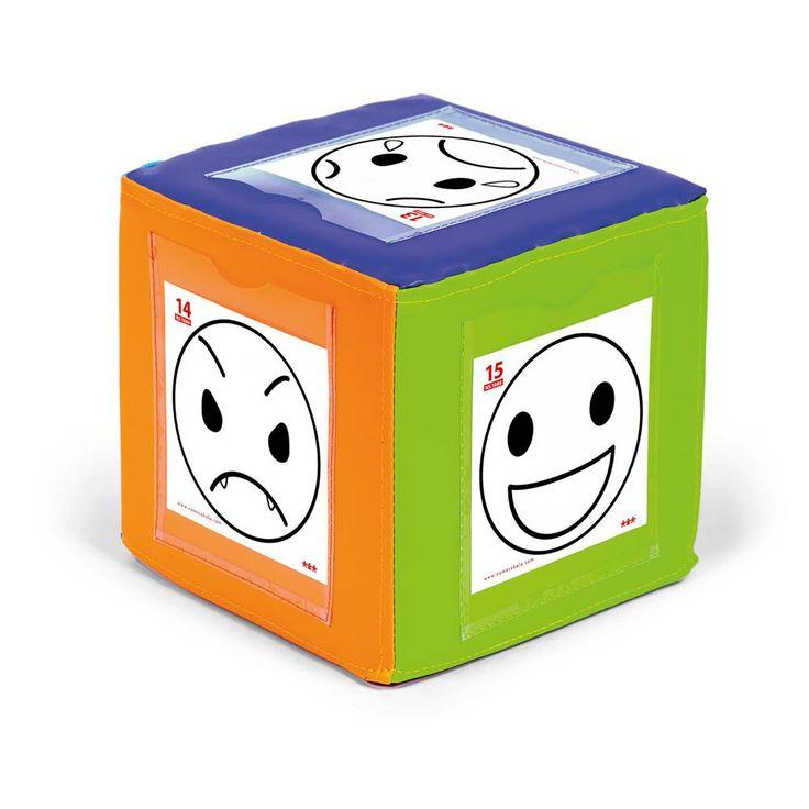 Ce gros cube en mousse recouvert de vinyle résistant offre sur ces 4 faces des pochettes plastiques transparentes. Glissez-y des instructions, des dessins, des schémas… Permet de créer une multitude de jeux moteurs. Léger à manipuler. Dim. 19,5 cm. Dès 3 ans.