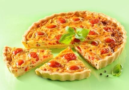 Tarta z fetą i pomidorami. Kliknij w zdjęcie, aby poznać przepis. #ciasta #ciasto #desery #wypieki #cakes #cake #pastries
