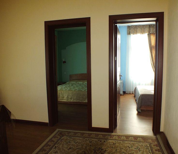 В коттедже две спальне комнаты с двуспальными кроватями