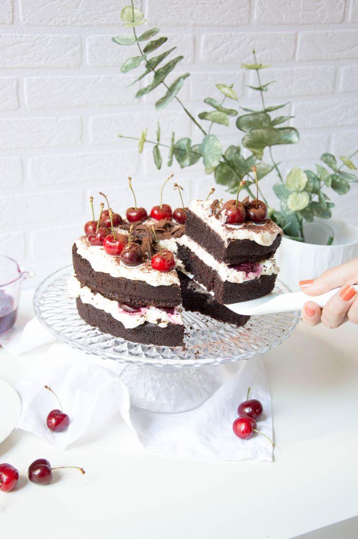 Esta tarta de chocolate, queso mascarpone y cerezas os quedará de 10 siguiendo nuestro paso a paso.