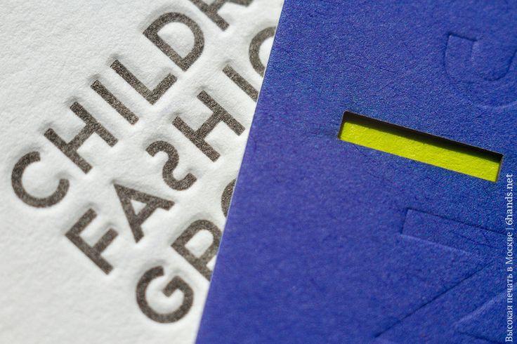 На оборотной стороне блинтовое тиснение на синей бумаге и прорезанное окошечко, которое также является апострофом и через которое отлично проглядывается средний слой из ярко зеленой бумаги. На стороне с контактными данными тиснение в два цвета - черный и намешанный по пантону зеленый, такой же яркий, благодаря печати по белой бумаге. Итого - тройная кашировка, высокая печать в 3 цвета и лазерная резка. #высокаяпечать #letterpress #визитки #6hands