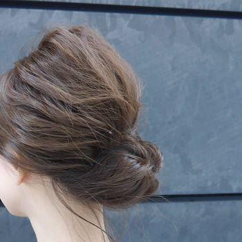 低い位置でまとめ、くるりんぱ風に内側に毛先を入れルーズなおだんごをつくる、キブソンタック風ヘアです。