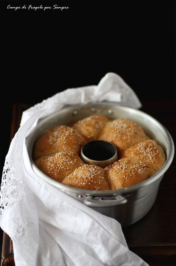 Ciambella di pane al latte con formaggio, olive e cipolla rossa