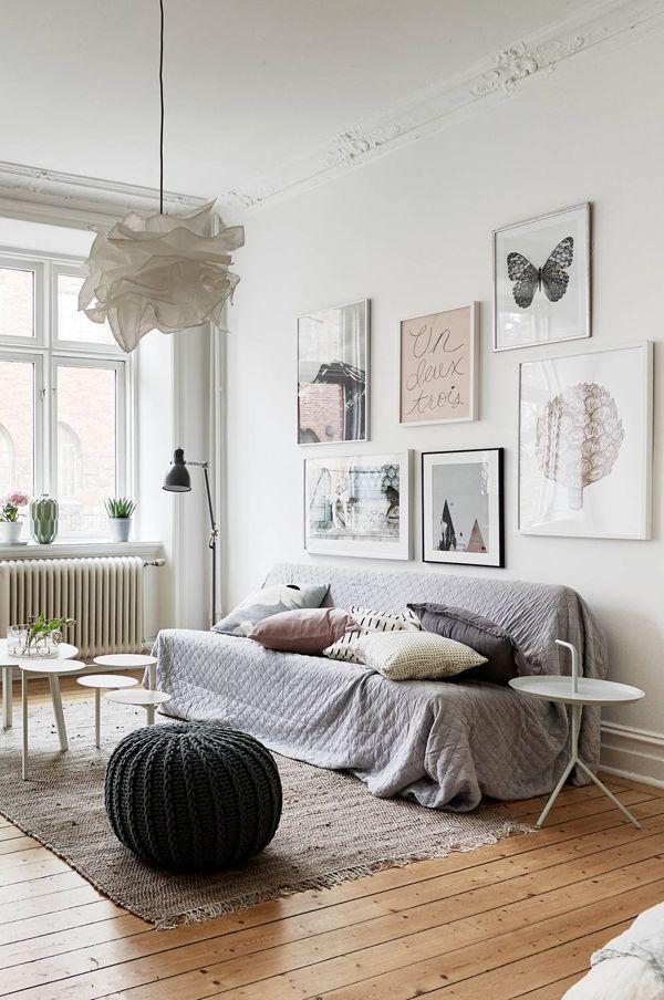 Wunderschöner Dielenboden, Sitzpouf aus Strick, hohe Decken und Bilder mit zarten Motiven geben diesem Wohnzimmer den femininen Touch!