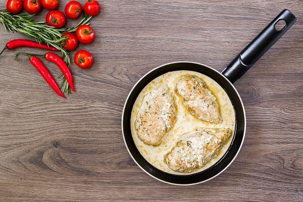 Ha a sajtos-mustáros csirkemellet serpenyőben sütöd, gyorsan végzel.