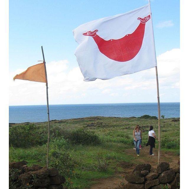 La bandera de isla de Pascua es uno de los emblemas representativos de la etnia Rapa Nui, que en su idioma recibe el nombre de Reimiro, el cual hace alusión a un adorno pectoral que llevaban los jefes tribales, siendo en realidad un símbolo no oficial que