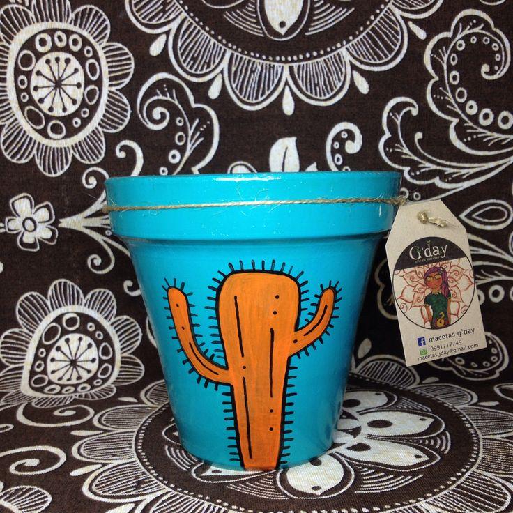 Macetas de barro pintadas a mano con diseños originales, acompañadas con plantas decorativas. MACETAS GDAY