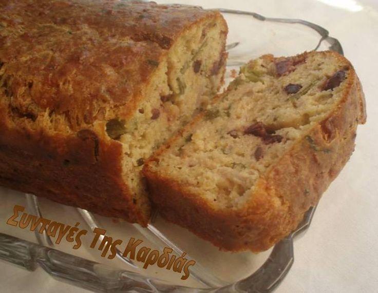 Ένα αλμυρό κέικ γεμιστό με ελίτσες, αρωματικό και αφράτο.  Νόστιμο σνακ, αλλά και ιδανικό για ένα βραδινό γεύμα παρέα με μια σαλατίτσα.  Για...