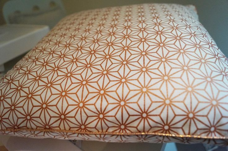 housse de coussin cuivr tendance pour cet hiver textiles. Black Bedroom Furniture Sets. Home Design Ideas