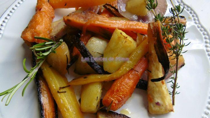 Légumes racines confits au four : 6 carottes de couleurs différentes, 3 panais, 2 betteraves colorées, 1 belle patate douce, 3 pommes de terre fermes, 1 oignon rouge, 5 gousses d'ail, 2 branches de romarin, 2 branches de thym, huile d'olive, sel, poivre