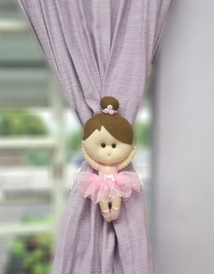 Par de Prendedores de Cortina Bonequinha Bailarina. Possui 20cm de altura. Bonequinha em tons de Rosa bebê, lilás ou azul. Possui suporte na parte traseira para passar a fita da própria cortina e assim amarrá-la. Acompanha uma fita de cetim para amarrar também.    Valor referente ao PAR (2 bonequ...
