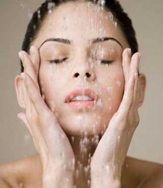 Limpeza de pele caseira !   1 - 5 min com rosto a 50 cm de uma bacia de agua a 100º C, cobrindo a cabeça com uma toalha.       (Faça uma mistura de 1 colher de leite com 1 colher de gelatina incolor, ponha no microo por 10 segundos. pase no rosto com pincel. Após 5 min retirar com as mãos)       (Se permaneceram cravos profundos, com uma gase ou lenço de papel enrole os dedos e aperte suavemente, com cuidado para não ferir o rosto 2 - Esfolie a pele, fazendo movimentos circulares, com aveia…