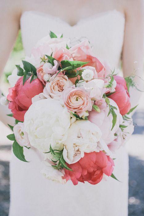 buquê com ranúnculos na cor coral, branco e rosa