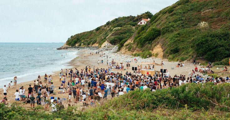 Chill, plage, musique et art contemporain… Chaque année le Baleapop à Saint-Jean-de-Luz se dresse comme le dernier festival de rêve avant la rentrée. Ultra-atypique dans le paysage des festivals de France, on a tenté de comprendre ce qu'il avait de si particulier.