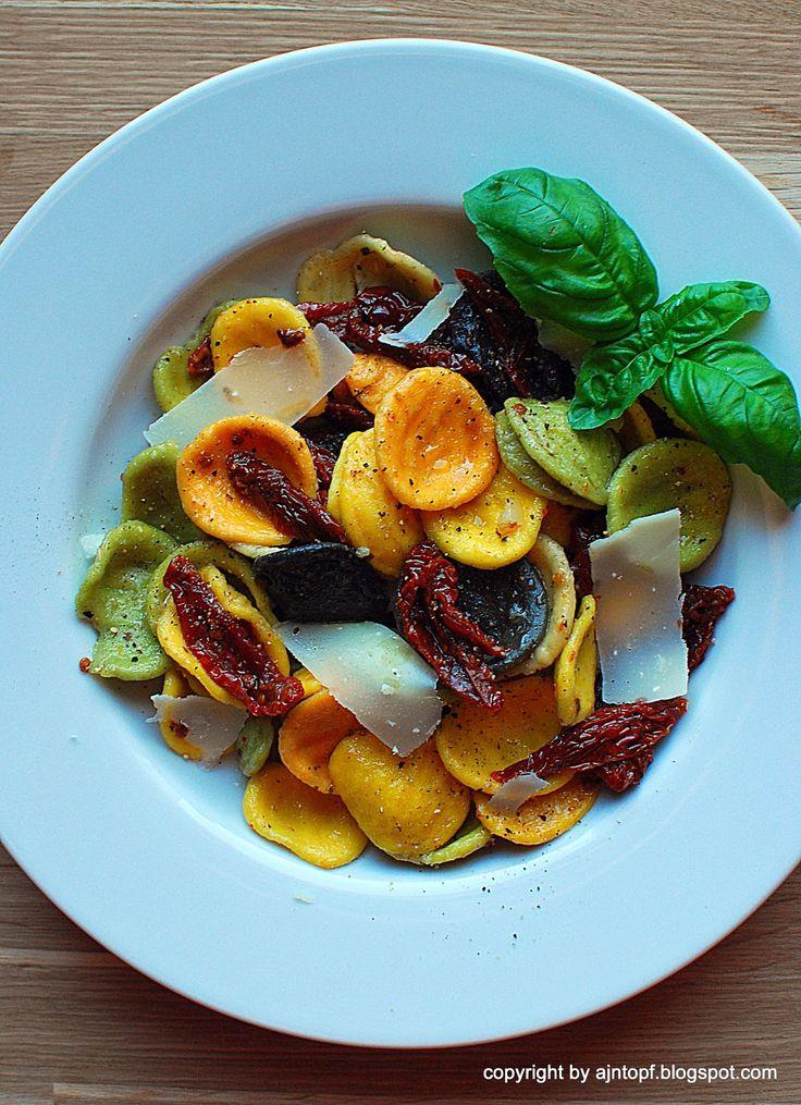 eintopf: kolorowy makaron z suszonymi pomidorami i czosnkie...