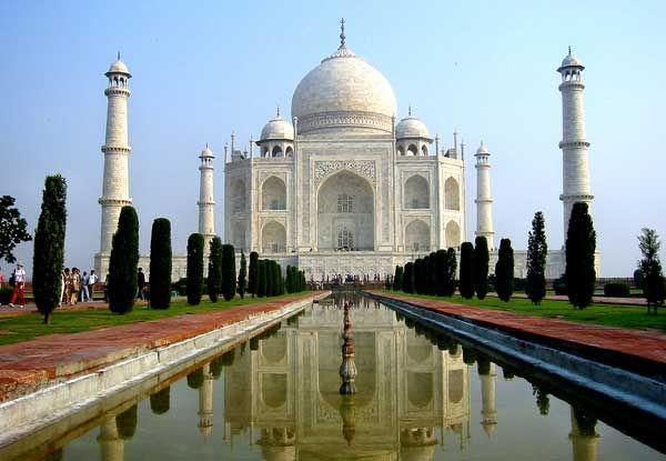 TAJ MAHAL Es un complejo de edificios, construidos entre 1631 y 1654, en la ciudad de Agra, en el estado Uttar Pradesh, India, a orillas del rio Yamuna, por el emperador mongol musulmán Shah Yahan, que lo erigió en honor de su esposa favorita Arjumand Bano Begum, más conocida como Mumtaz Mahal, que murió de parto de su decimocuarta hija. Se estima que se necesitaron unos 20.000 obreros para su construcción.