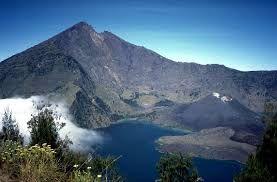 Gunung adalah sebuah bentuk tanah yang menonjol di atas wilayah sekitarnya. Sebuah gunung biasanya lebih tinggi dan curam dari sebuah bukit, tetapi ada kesamaan, dan penggunaan sering tergantung dari adat lokal.