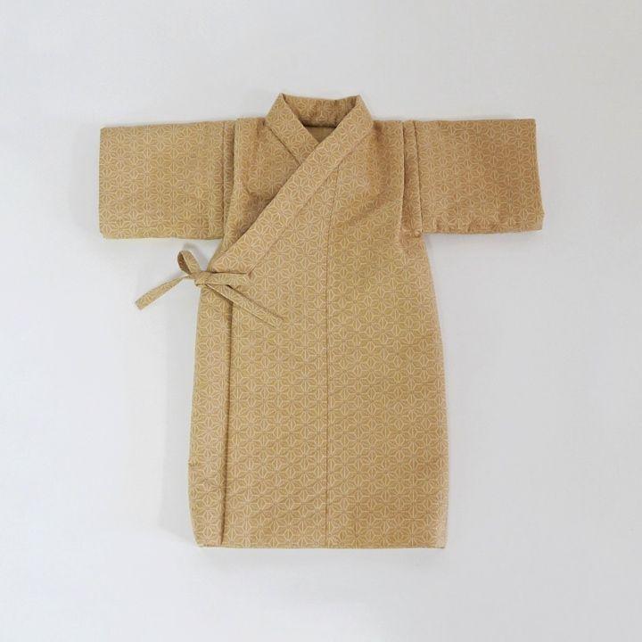 日本人には古くから馴染みの深い 麻の葉文様で仕立てたレトロな産着です。麻の葉模様は、赤ちゃんを災いから守り、健やかな成長を願う思いが込められています。