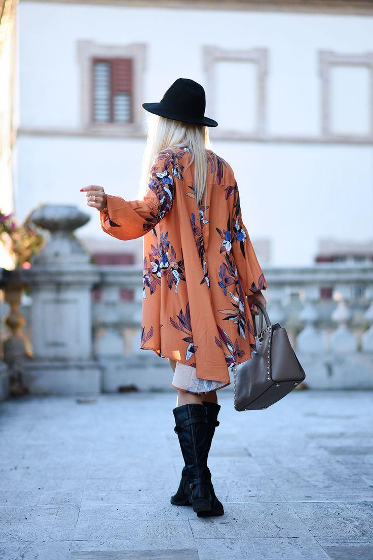 Un look chic con un vestito autunnale, una borsa fango, un fedora ed un paio di stivali neri Khrió della collezione A/I 2015-2016, chic e Made in Italy!