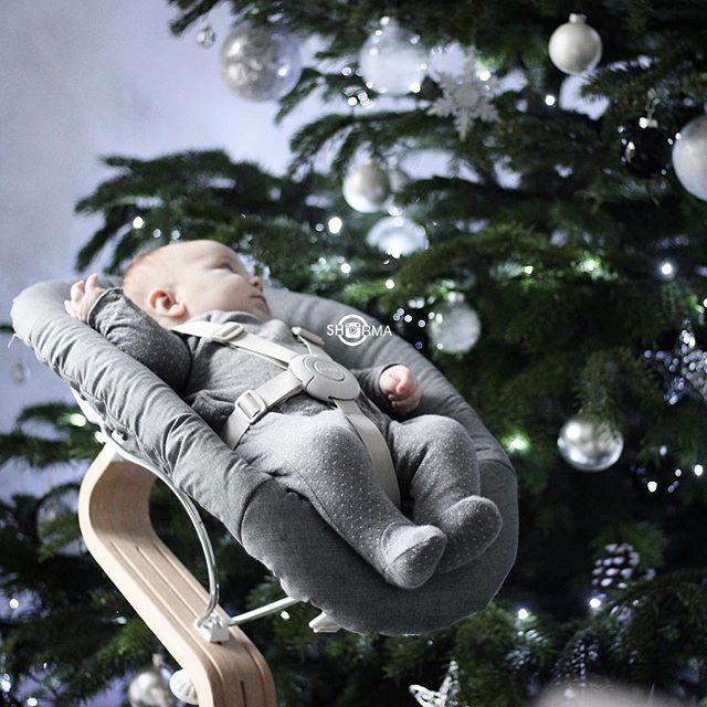 Faszination Licht ✨ .  So kann ich zu mindestens 15 Minuten in Ruhe was machen 🌝 Liv findet den Baum spannend ... da freut sich der Strom anbietet, denn unsere Baum leuchtet den ganzen Tag ⭐️ 🙈🔫#christmastime#our_everyday_moments