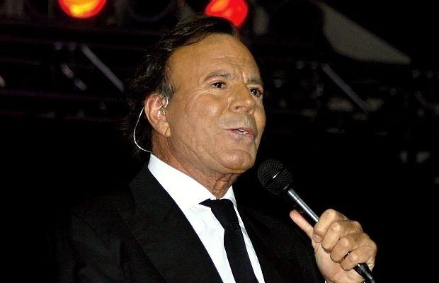 Звездата на латино музиката Хулио Иглесиас идва отново у нас за голям концерт на 26 май. Мястото е зала Арена Армеец в София. Шоуто ще бъде част от неговото световно турне. Зад гърба си Иглесиас има внушителните 300 милиона продадени албума по целия свят на 14 езика и издадените над 80 албума с над 2 …