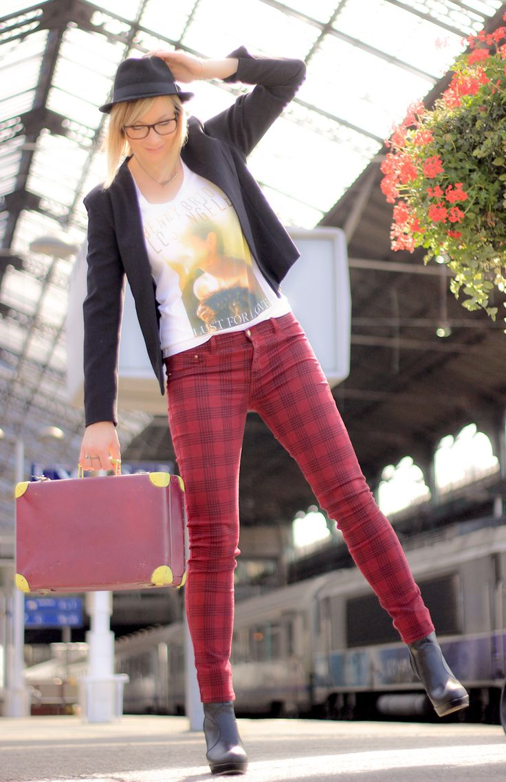 street look/fashion blogger/artlex/tartan/boyish style/rock/trainstation/DIY suitcase/british