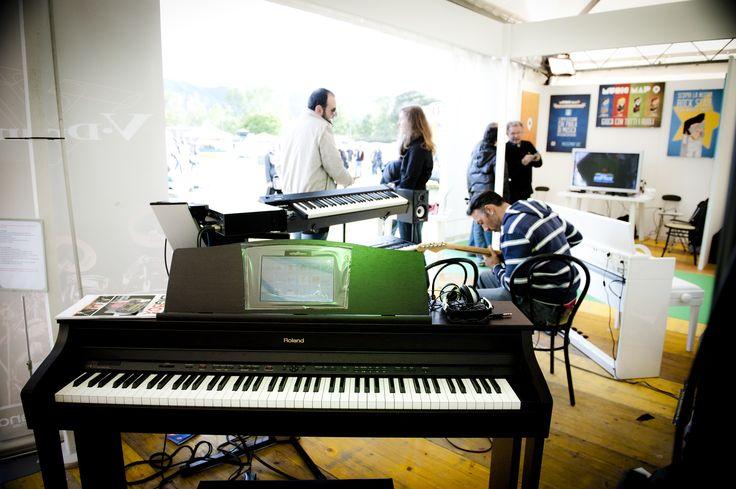 Mentre Yamaha al FIM ha presentato la sua nuova linea di Synth, Roland ha risposto esponendo i suoi pianoforti digitali. FIM - Fiera Internazionale della Musica. 25 | 26 Maggio 2013. Ippodromo dei Fiori | Villanova d'Albenga (SV). www.fimfiera.it