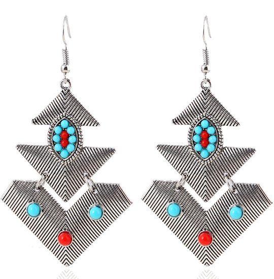 https://www.goedkopesieraden.net/Zilveren-oorbellen-met-driehoek-hangers-en-rood/turquoise-steentjes
